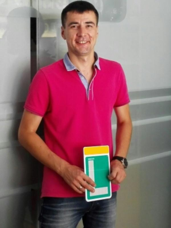 студент автошколы в Испании